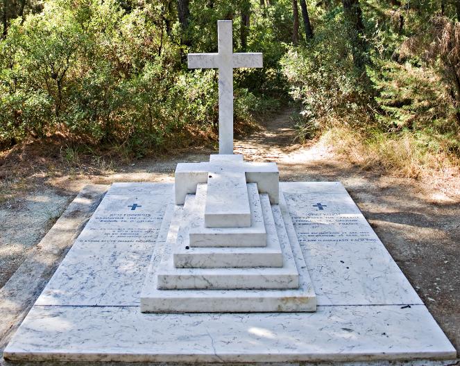 Ο τάφος του Πρίγκιπα Χριστόφόρου και της Πριγκίπισσας Φραγκίσκης της Ορλεάνης.