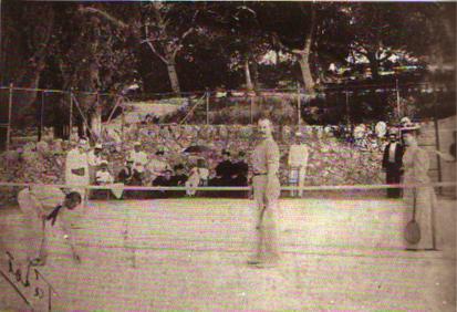 Το γήπεδο του Τέννις στις αρχές του 20ου αιώνα. Από το βιβλίο Τατοι, Περιήγηση στον χρόνο και τον χώρο του κ. Σταματόπουλου.